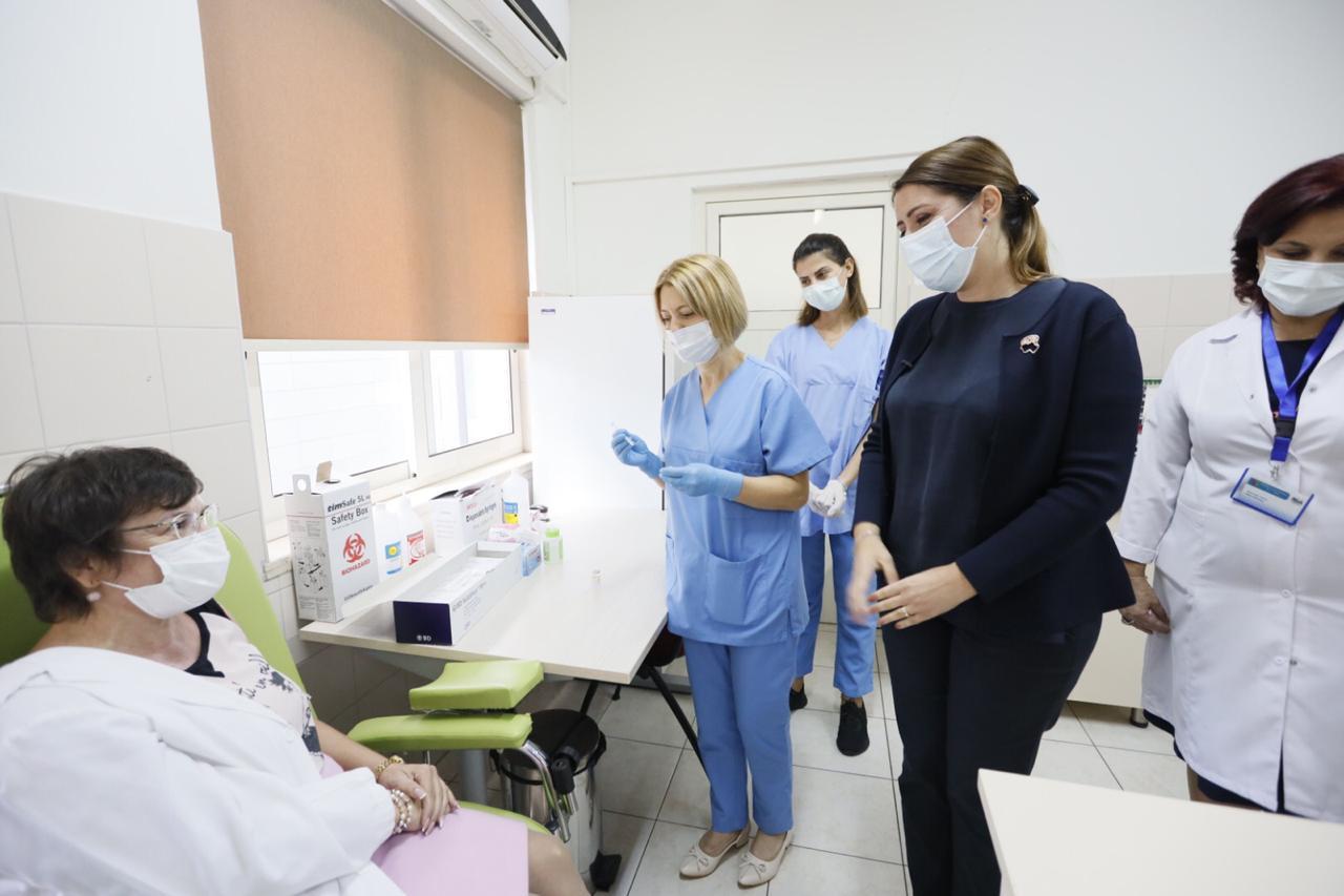 Nis vaksinimi anti-Covid i bluzave të bardha në Shkodër