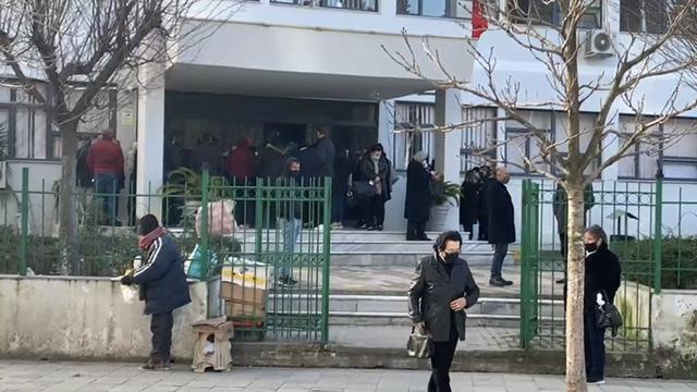 (VIDEO) Faza e 2-të e Covid-19 risjell dyndje qytetaresh në poliklinikën Fier