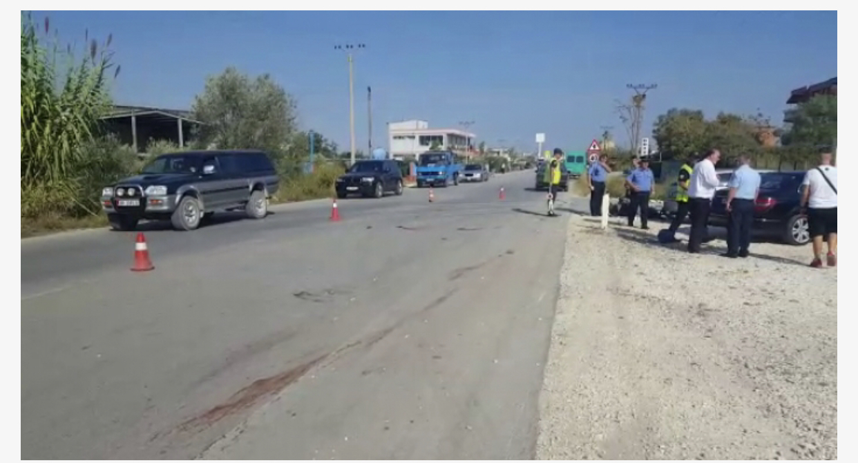 Aksident në Berat, i riu përplas me makinë këmbësoren, 67 vjeçarja dërgohet me urgjencë në spital