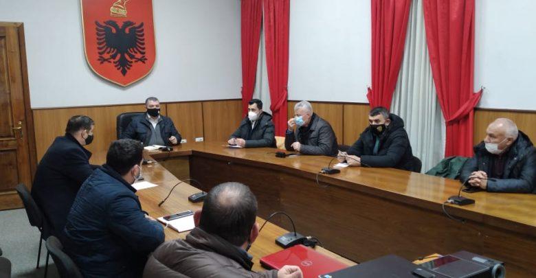 Moti i keq në Elbasan, mblidhet Shtabi i Emergjencave: Ka probleme në disa fshatra dhe akse rrugore