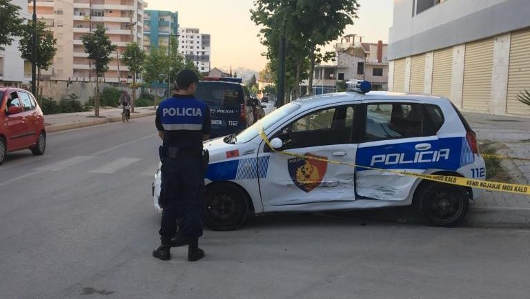 Makina e policisë përplaset në kryqëzim, plagosen 3 persona