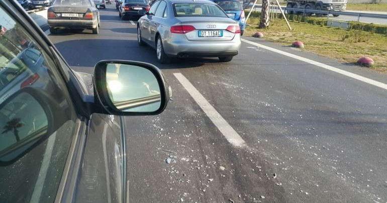 Aksident në autostradën Durrës-Tiranë, makina përplas për vdekje 60-vjeçarin