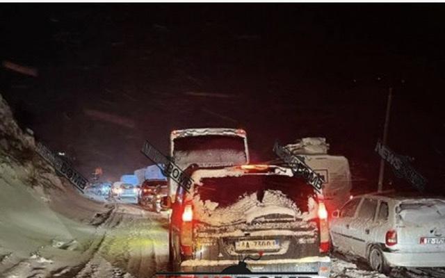 Bllokohet rruga në dalje të Librazhdit, prej 2 orësh qindra automjete dhe mijëra njerëz të izoluar në temperatura të acarta (FOTO)