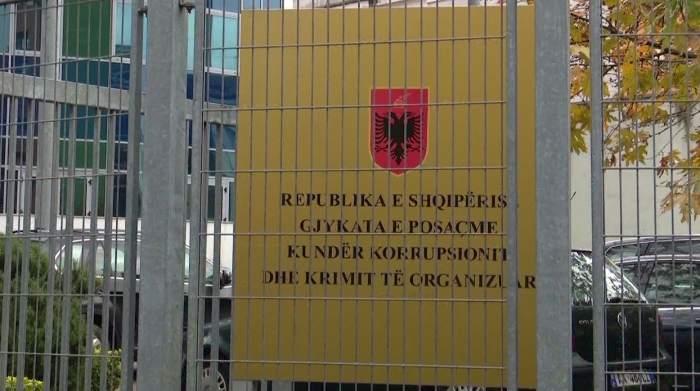 Janë shoqëruar 10 persona, mes tyre edhe ish-avokati i Emiljano Shullazit, kush janë të arrestuarit e SPAK në Gjykatën e Krujës