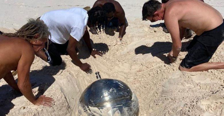 Po shëtisnin në plazh kur u habitën nga zbulimi i një topi të pazakontë titaniumi, ekspertët dyshojnë se është…