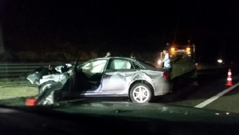 Aksident i rëndë në Peqin/ Përplasen dy automjete, raportohet për tre të plagosur
