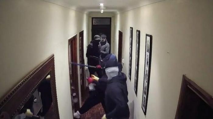 Grabitësit tentojnë të vjedhin banesën në Kavajë por përleshen me familjarët, plagoset gruaja dhe djali i mitur