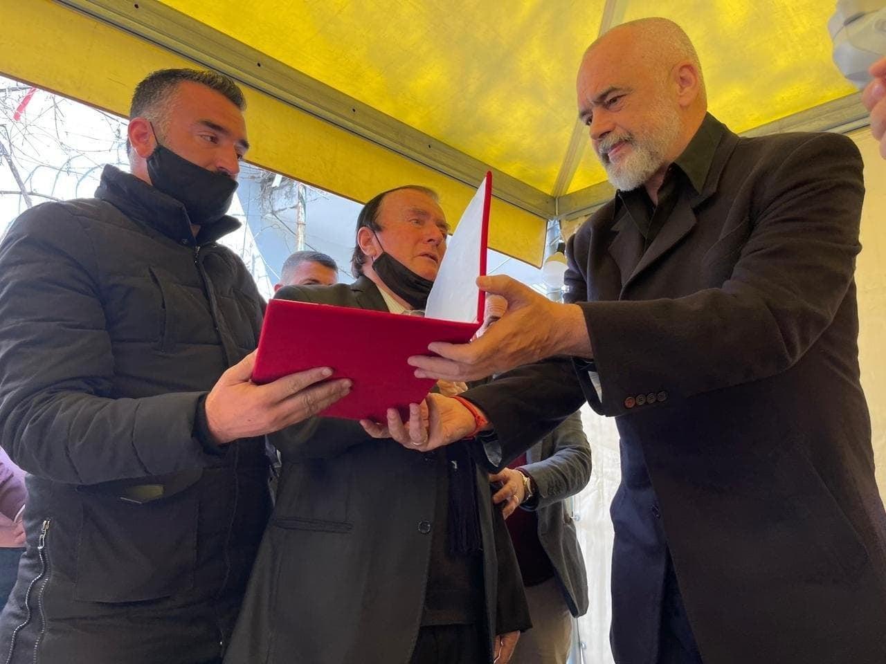"""Kryeministri Edi Rama, i dorëzon babait dhe vëllait të Arjan Salës, Dekoratën e Lartë """"Dëshmor i Atdheut"""""""