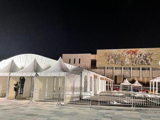 """Rama gjatë mesnatës poston foto nga sheshi """"Skënderbej"""": Bëhemi gati për të nisur vaksinimin masiv në gjithë Shqipërinë"""