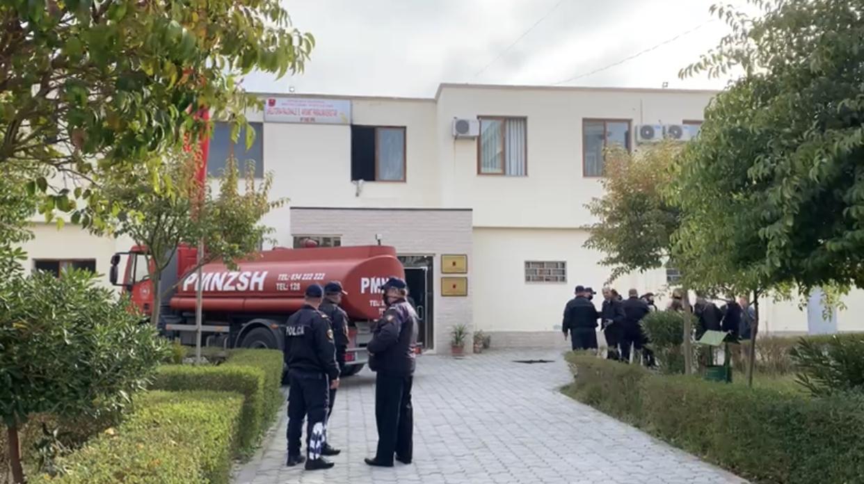 Zjarr në godinën e Drejtorisë Arsimore në Fier, evakuohen punonjësit