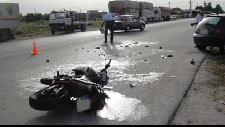 Makina përplas motorin në Korçë, drejtuesi përfundon në spital në gjendje të rëndë