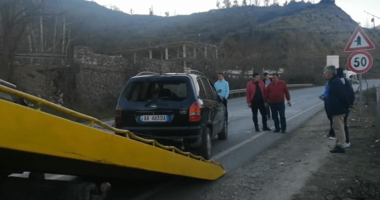 Aksident në aksin Librazhd-Elbasan, makina del nga rruga, shoferi hidhet jashtë para rrokullisjes në përrua