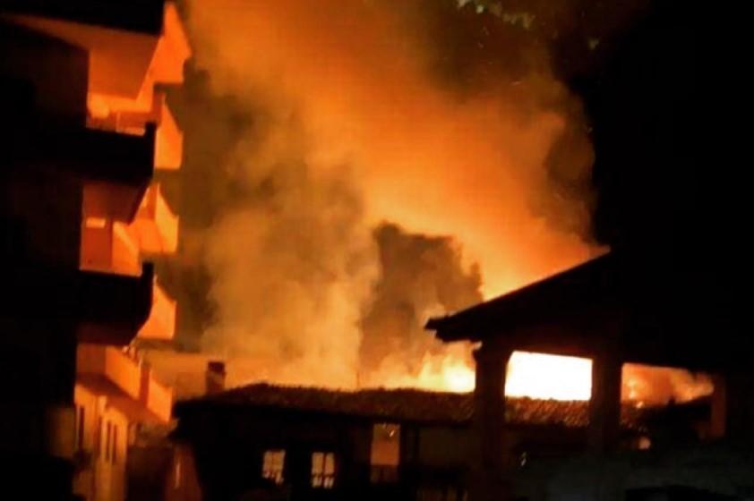 Zjarr i madh në Berat: Shkrumbohen 4 shtëpi, nuk dihet ende për viktima (FOTO)