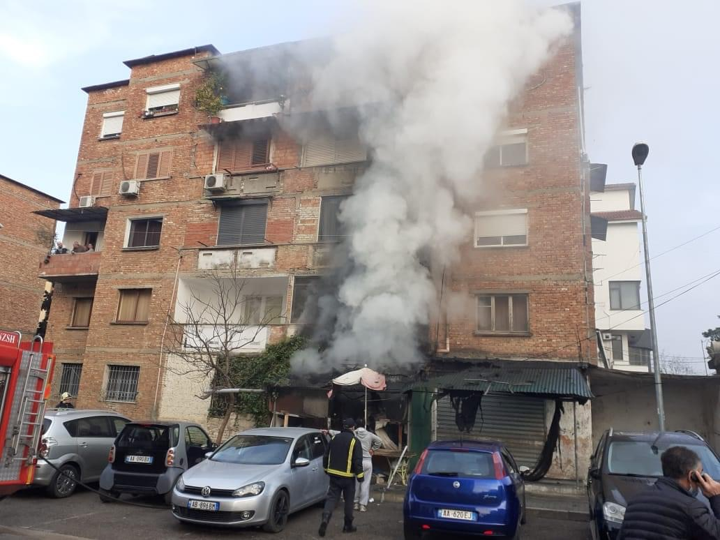 (VIDEO) Digjet një dyqan në Tiranë, merr flakë edhe ballkoni i një banese