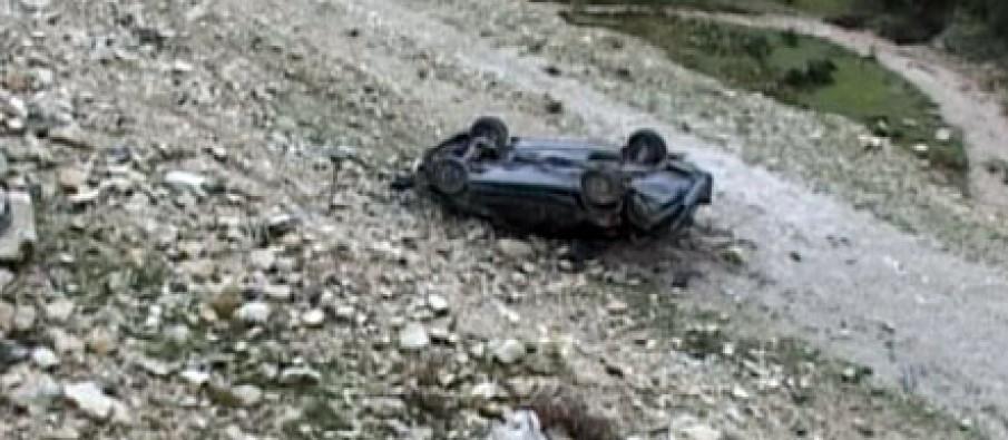 Aksident i rëndë në aksin Cërrik-Gramsh, 'BMW'-ja humb kontrollin dhe bie 55 metra në humnerë, plagoset shoferi dhe pasagjeri