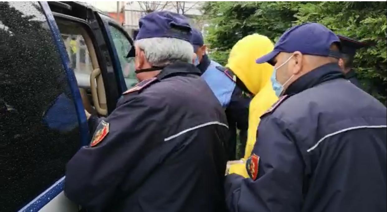 Arrest me Burg per 34-vjeçarin nga Divjaka i cili qelloj me armen pa leje ne ajer dhe mori peng makinen e Policise