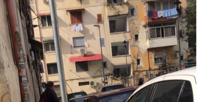 LAJM I FUNDIT// E RËNDË te '21 dhjetori' në Tiranë, një vajzë hidhet nga kati i pestë i pallatit