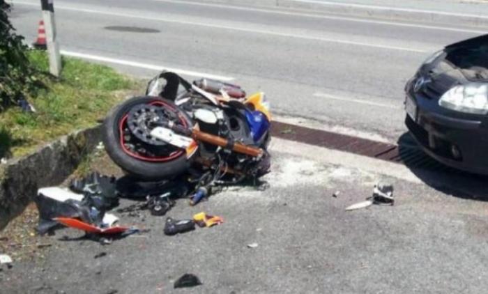 Aksident i rende me pasoje vdekje ne aksin Pushimi shoferit – Divjake, automjeti perplas motorrin.