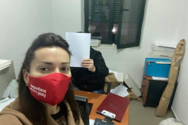 'NXEHEN GJAKRAT' në Durrës, Elona Guri konfliktohet me një person në lokal, shoqërohen në polici (Akuza e saj për kamerat përgjuese)