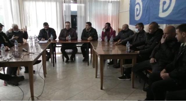 Kandidati demokrat per qarkun e fierit, Luan Baçi ishte ne Topoje ku takoi banorë të kësaj zone.