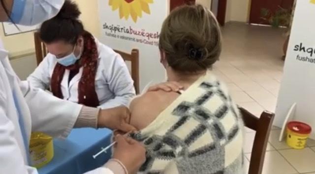 Rinis vaksinimi në Fier, kete te shtune kane nisur te marrin dozen e dyte me shume se 80 mjeke dhe 60 infermiere.