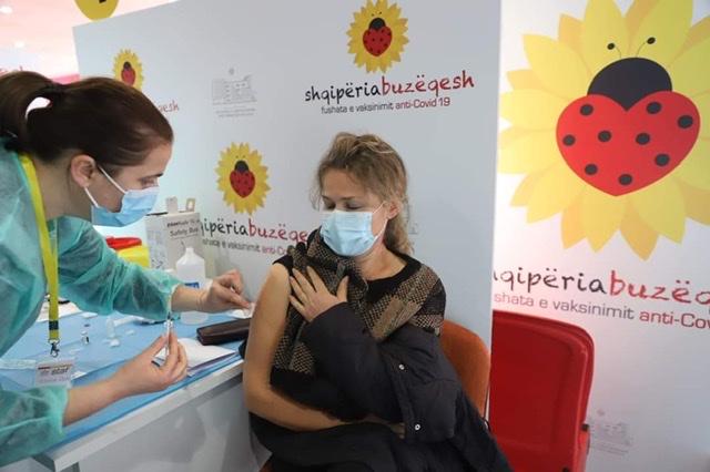 Jo vetëm në sheshin Skënderbej, vaksinimi masiv nis edhe në rrethe, Fieri 8000 doza.