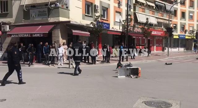 Aksident ne qender te Qytetit te Fierit, makina perplas motorrin, dergohet me urgjence ne spital