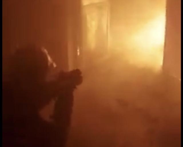 Temperatura shume te larta, zjarrfikësit thyejnë soletën e magazinës te Casa Italia, kërkojnë trupin e 33 vjeçarit Arjan Sala (VIDEO)