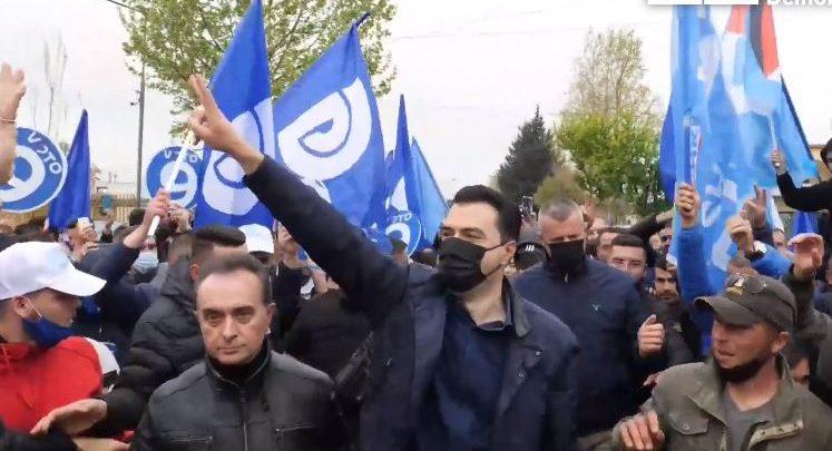 Tur në të gjithë Shqipërinë/ Basha ndalon në Levan: Ngrijeni kokën, nuk jeni skllevër të askujt. Socialistë e demokratë bashkohuni për ndryshimin!