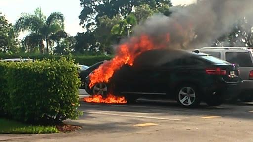 """""""BMW"""" përfshihet nga flakët pas mesnate, policia nis hetimet"""