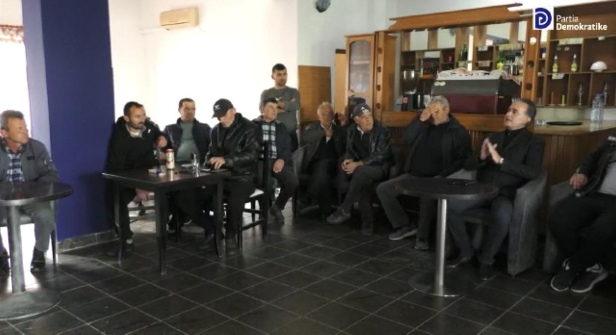 Kandidati i Partise Demokratike per Qarkun Fier, Luan Baçi takim me banoret ne Libofshë