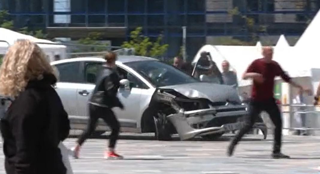 PAMJE TRONDITËSE NË MES TË TIRANËS/ Një person me makinë futet te Sheshi Skënderbej, disa persona e qëllojnë