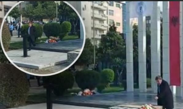 Incident në Shkodër, Jozefina Topalli vendos lule në memorialin e katër dëshmorëve, vëllai i Nazmi Kryeziut shkon dhe heq kurorat