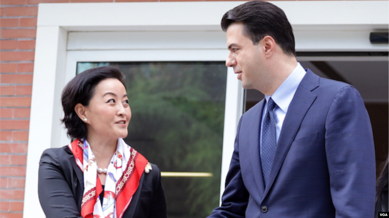 Një ditë para zgjedhjeve, Yuri Kim shkon në selinë e PD, takon Bashën