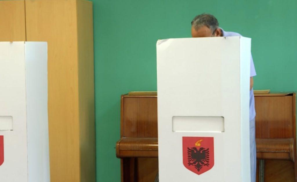 """Për 1 orë rritet me katër përqind, pjesmarrja e qytetarëve në votime, shqiptarët """"derdhen"""" drejt kutive (TË DHENAT)"""