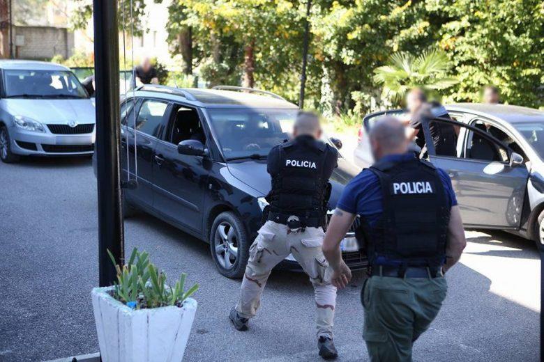 Të shtënat me armë, të plagosur dy polic të patrullës