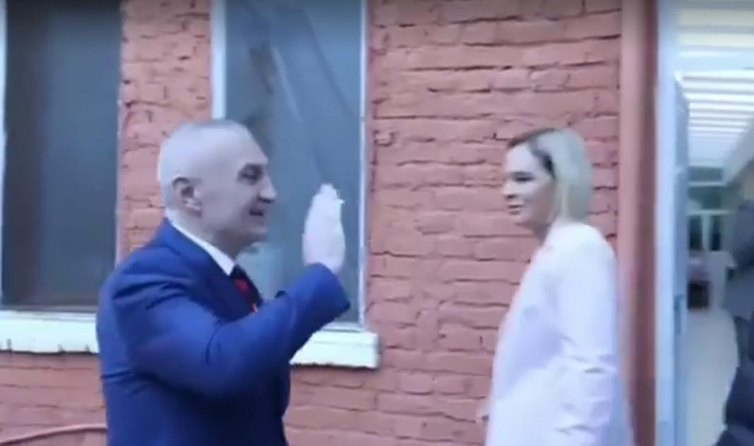 Kryemadhi shmang Metën në qendrën e votimit, e lë me dorën ngritur