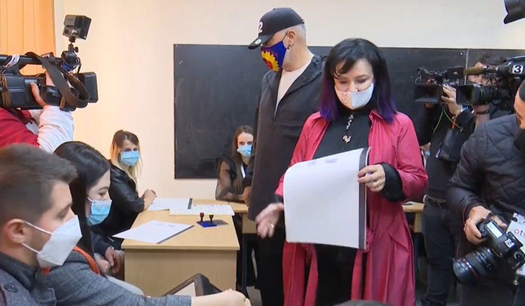 """Me kapelen e fushatës me numrin 12 dhe me maskën e fushatës """"Shqipëria buzëqesh"""" Edi Rama drejt kutisë, Linda Rama me ngjyrat kuq e zi"""