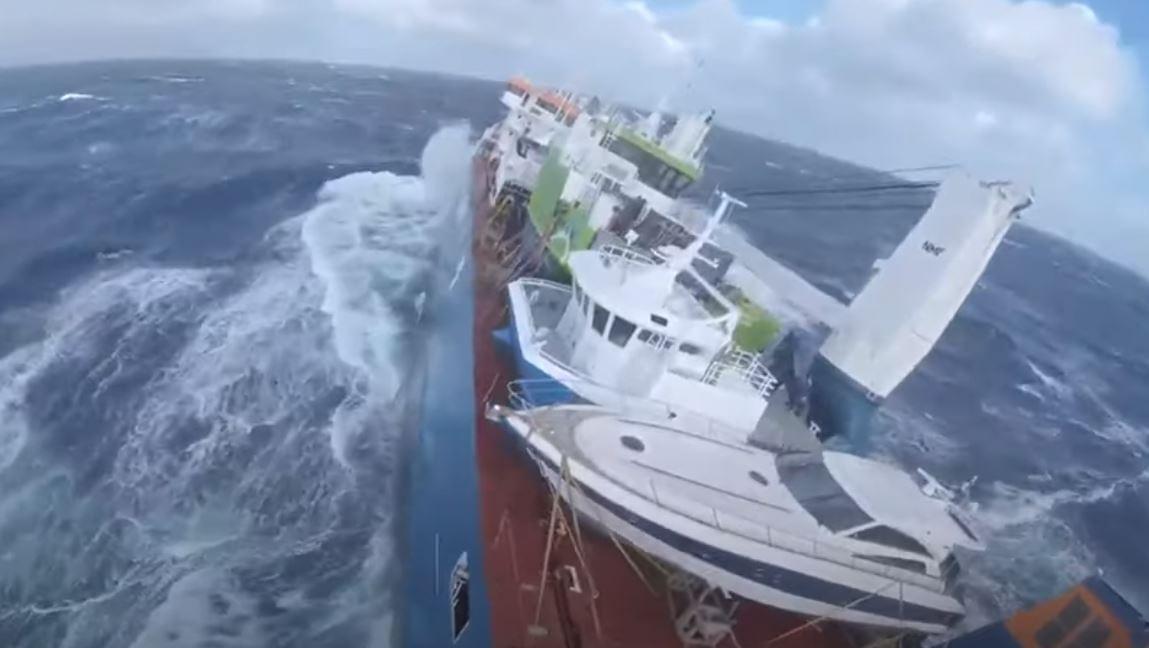 VIDEO/ Një anije holandeze në 'luftë' me dallgët, po ekuipazhi shpëtohet me helikopter