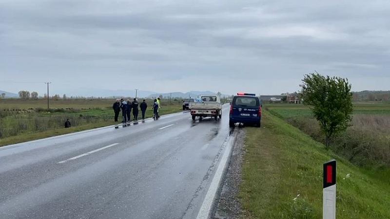 Automjeti del nga rruga dhe përfundon në arë, plagoset shoferja dhe 3 pasagjerë (FOTO)