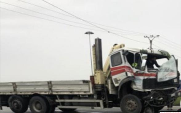 Aksident në Lushnjë, dy kamionë përplasen 'kokë më kokë'