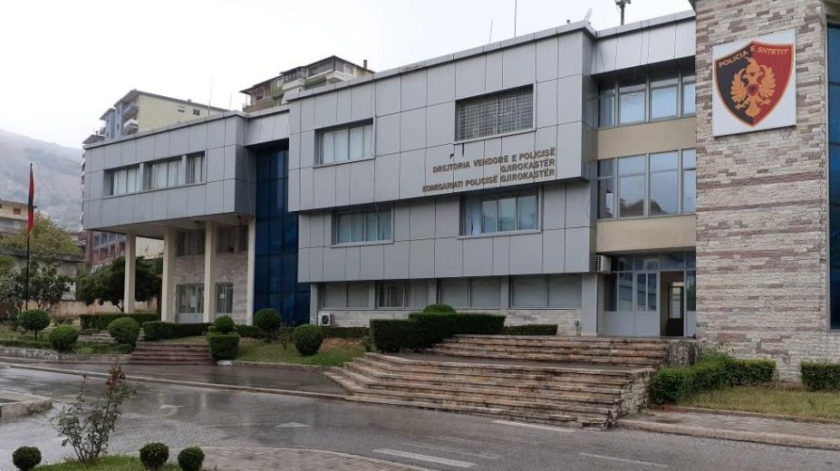 Qëlloi me thikë për vdekje 60-vjeçarin në Gjirokastër, autori në polici: U zumë se më ofendoi