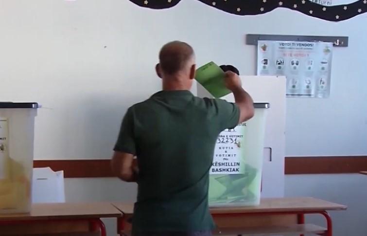 Bllokohet një qendër votimi në Vlorë, konklikt mes komisionerëve, një prej tyre pretendon se votuesit po fotografojnë votën