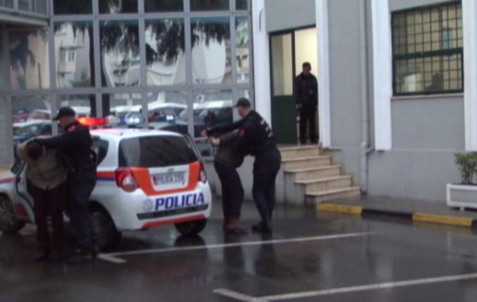 """Premtonin viza dhe pasaporta shqiptare për të huajt dhe përfitonin deri në 1500 euro, policia arreston falsifikatorët në Tiranë, 39 vjeçarja """"kapo"""" e grupit (EMRAT)"""