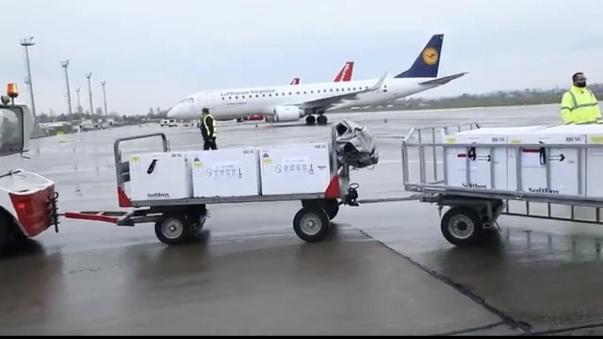 Mbërrijnë 40.800 doza vaksine AstraZeneca në aeroportin e Rinasit, nesër vijnë dhe 50 mijë të tjera