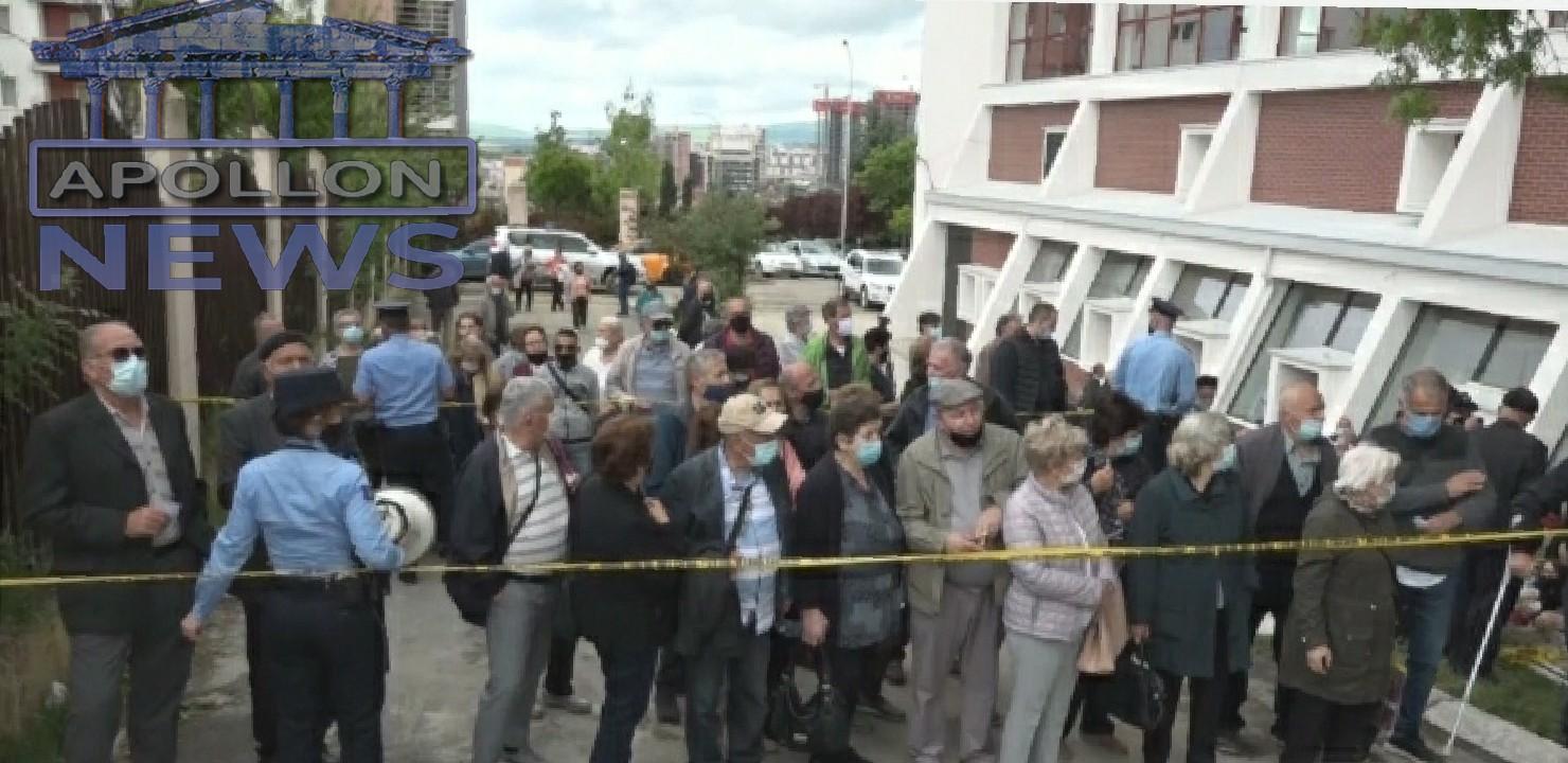 Orë të gjata pritjeje për të moshuarit: Tension pranë qendrës së vaksinimit në Kosovë
