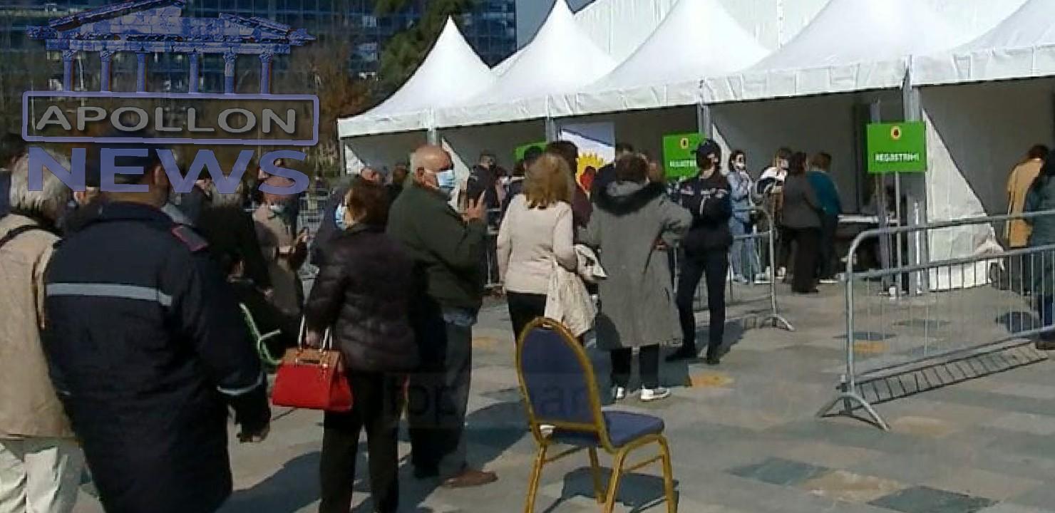 """Ndërpritet procesi i vaksinimit në sheshin """"Skëndërbej"""", qytetarët të revoltuar: Kemi që në mëngjes që presim na thonë që nuk ka doza"""
