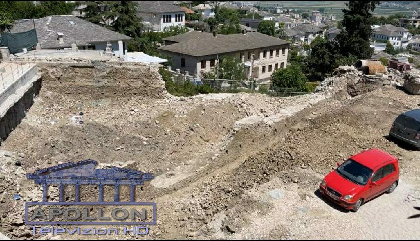 Ky është muri antik që u zbulua dhe u shkatërrua, gjatë gërmimeve për parkingun nëntokësor në Gjirokastër