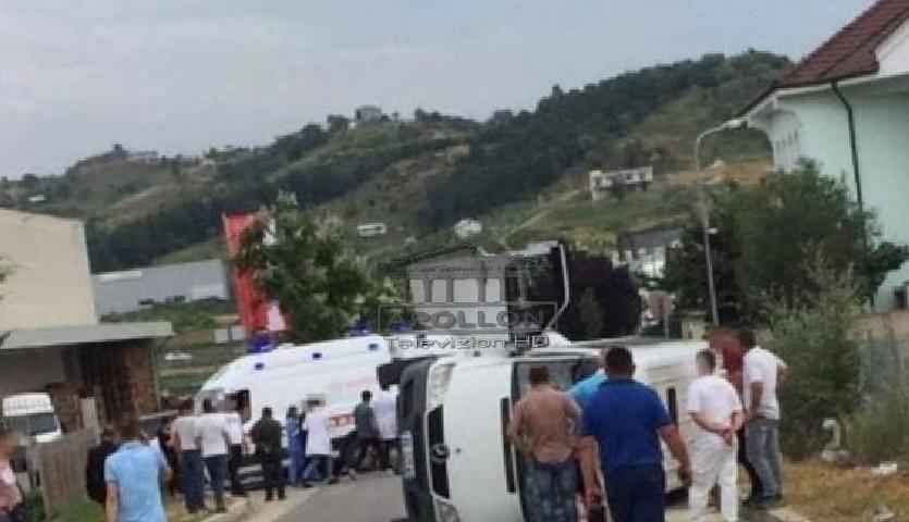 Aksident në Vorë, fugoni me pasagjerë përmbyset në mes të rrugës