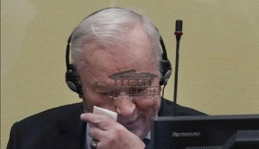 Mori dënim me burgim të përjetshëm, Ratko Mlladiç fotografohet me sytë me lot gjatë seancës